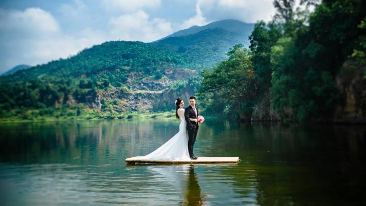 Xung quanh hồ nước là những đồi cây xanh soi bóng, tạo không gian lãng mạn