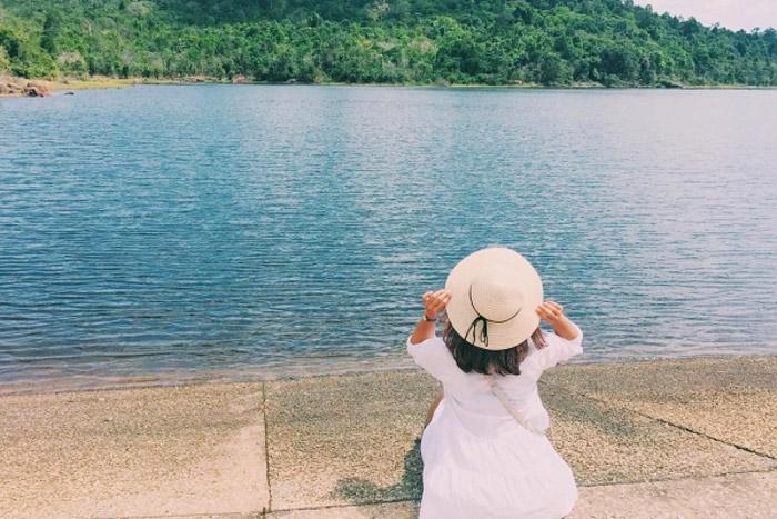 Hồ Dương Đông với làn nước trong xanh và không gian tĩnh lặng