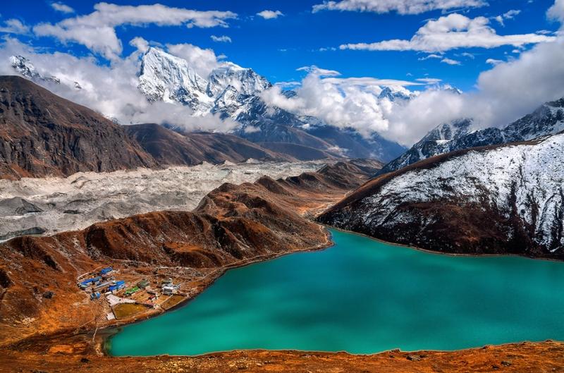 Hồ Gokyo Cho nằm trong hệ thống hồ Gokyo thuộc vườn quốc gia Sagarmatha ở Nepal