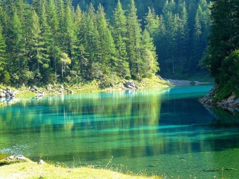 Hồ Gruner See hay còn được biết với tên gọi khác là Hồ Xanh, nổi tiếng với vẻ đẹp siêu thực dưới mặt nước