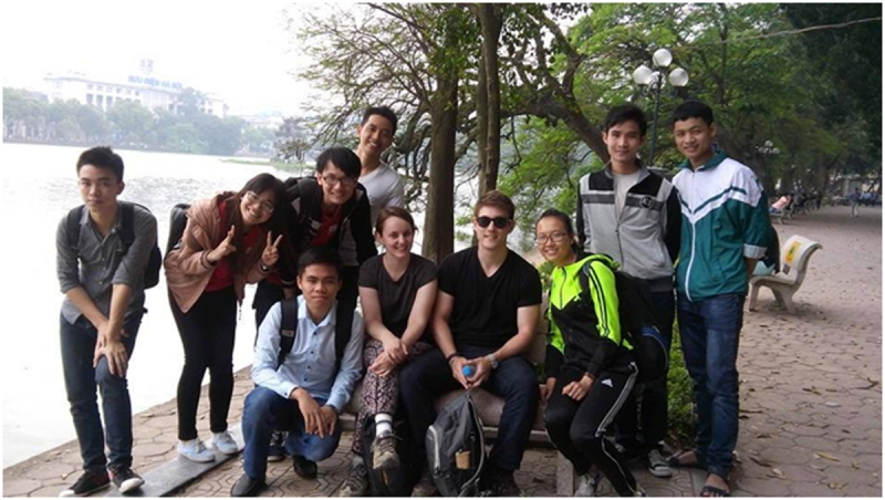 Một nhóm học sinh, sinh viên săn được hai vị khách Tây thú vị và nhiệt tình