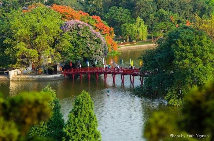 Cầu Thê Húc - lối dẫn vào đền Ngọc Sơn