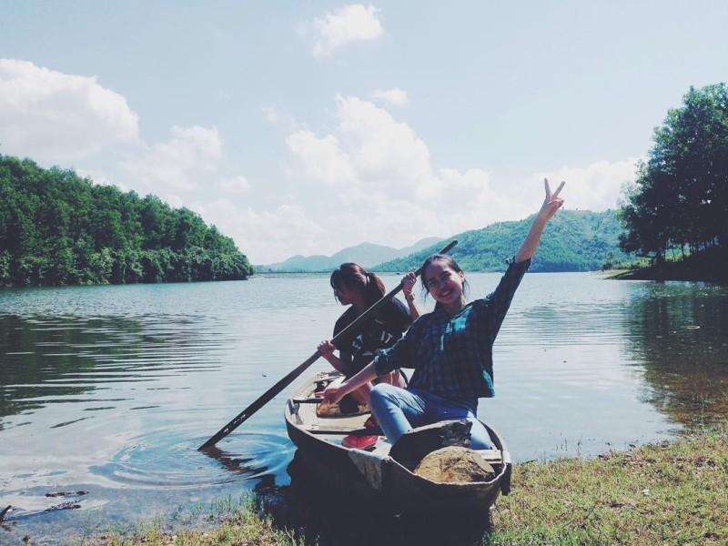 Chèo thuyền độc mộc trên dòng sông cũng là một trải nghiệm rất thú vị.
