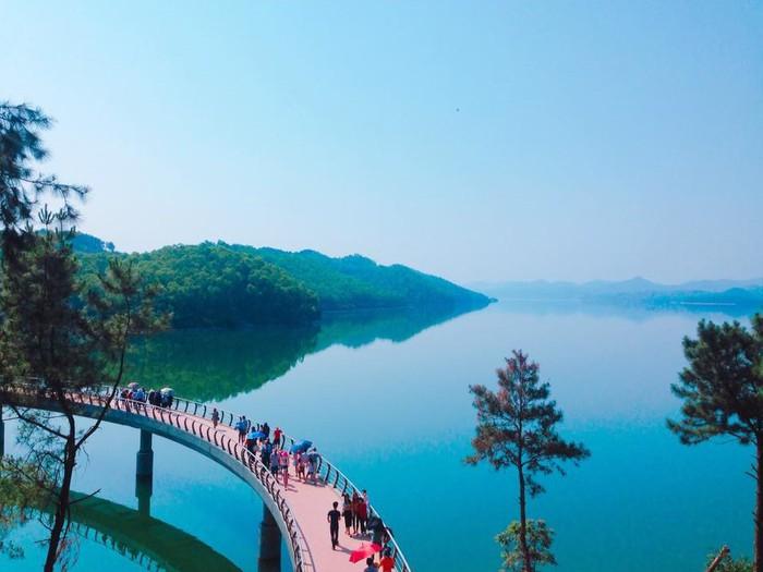 Cây cầu cong cong dẫn vào đền thờ Lê Duẩn là góc sống ảo tuyệt diệu