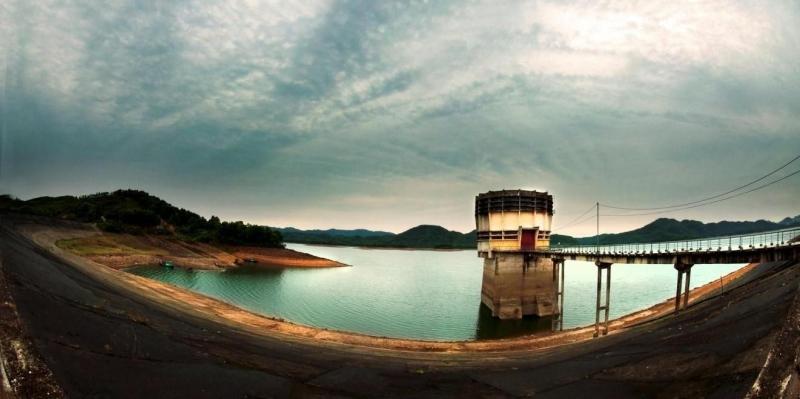 Hồ Kẻ Gỗ là hồ nhân tạo nhưng vẻ đẹp của nó không khác gì hồ nước tự nhiên.
