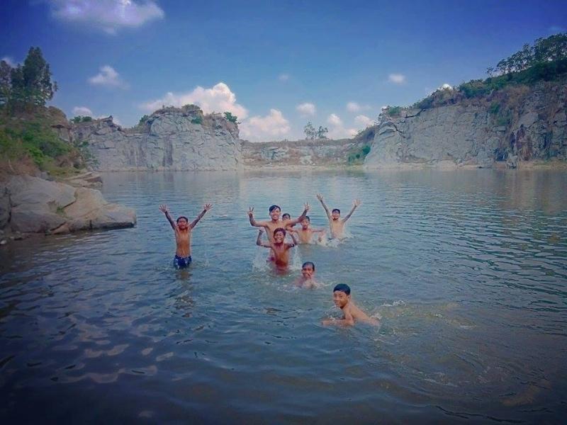 Các bạn nhỏ thích thú nô đùa bên dòng nước mát tại hồ đá Cô Tô