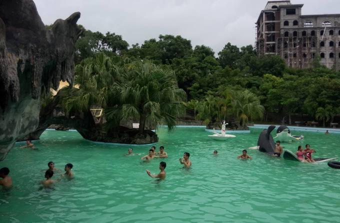Hồ hấp dẫn du khách không chỉ với cảnh nước non hữu tình mà còn có những huyền thoại đi sâu vào tâm tưởng