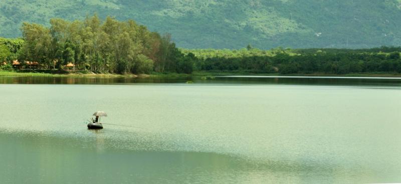 Cảnh sắc tuyệt đẹp của hồ Núi Le.