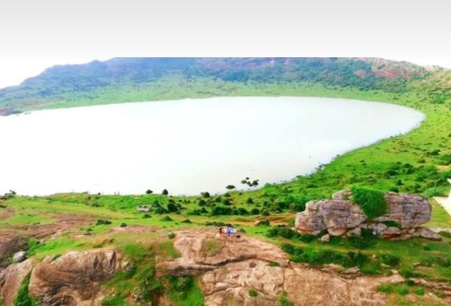 Hồ nước được hình thành trên miệng núi lửa đã ngừng hoạt động