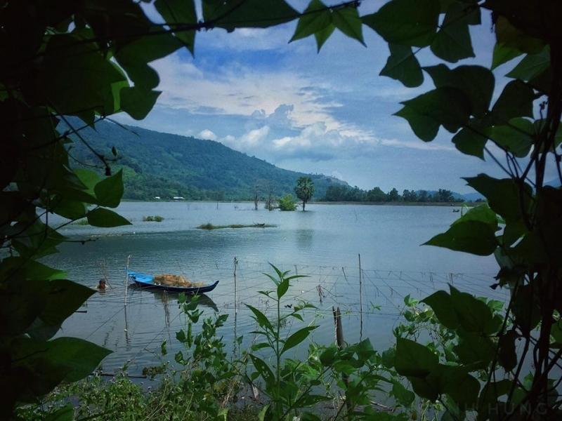 Một người dân đang đánh bắt cá bên cạnh chiếc thuyền nhỏ trong hồ Ô Tà Sóc