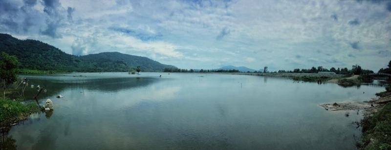 Toàn cảnh mặt hồ tĩnh lặng và xanh mát