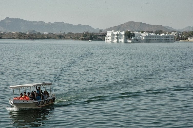Hồ Pichola cung cấp nước tưới tiêu cho những ngôi làng và thị trấn lân cận