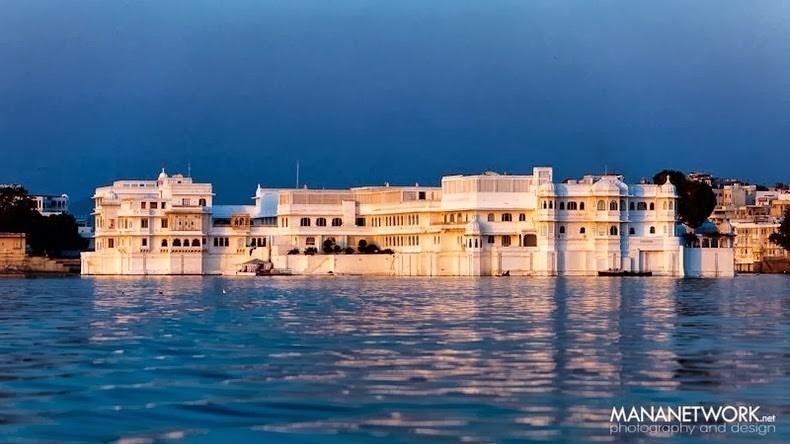 Khung cảnh mộng mơ của hồ nước với cung điện Taj Lake nổi ở giữa