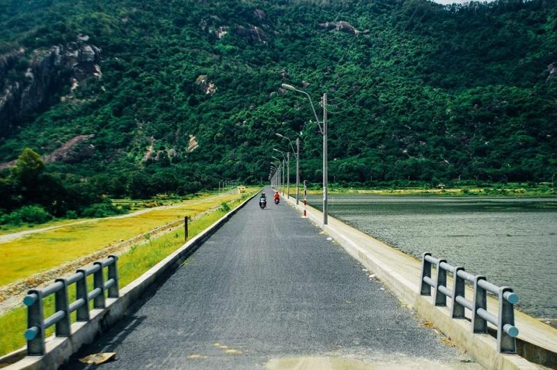 Con đường nhỏ chạy dài dọc theo hồ Soài Chek phía xa là dãy Phụng Hoàng Sơn