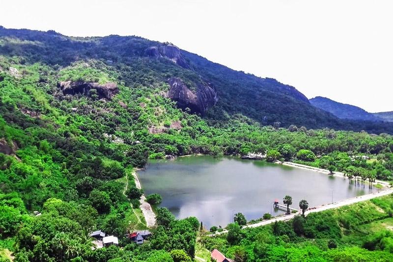 Toàn cảnh hồ Soài So với làn nước trong xanh giữa xung quanh núi đá cây cối bao phũ
