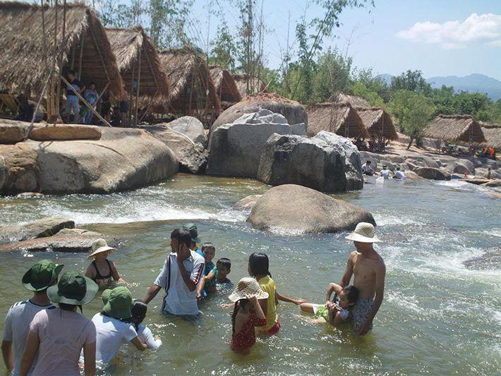 Vui chơi tại hồ suối Lam