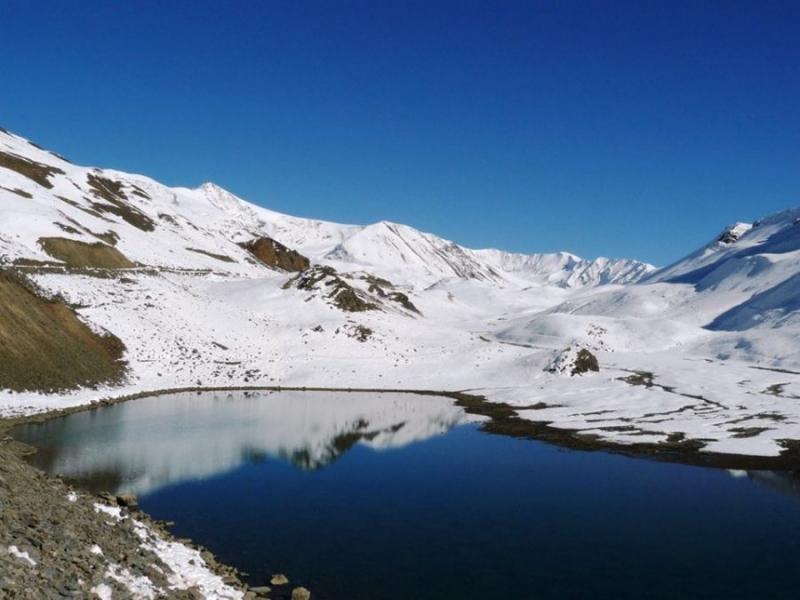 Hồ Suraj Tal thuộc Ấn Độ là một hồ chứa đầy băng, quanh năm có tuyết rơi