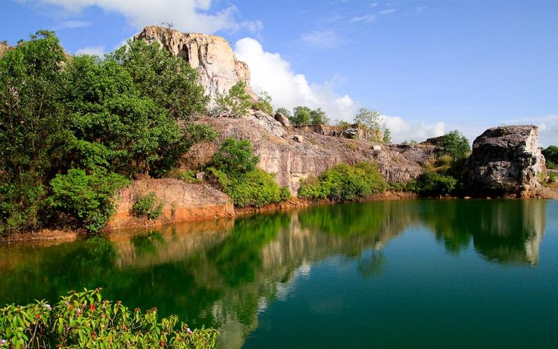 Hồ Tà Pạ với những tảng đá bao quanh làn nước trong xanh quanh năm