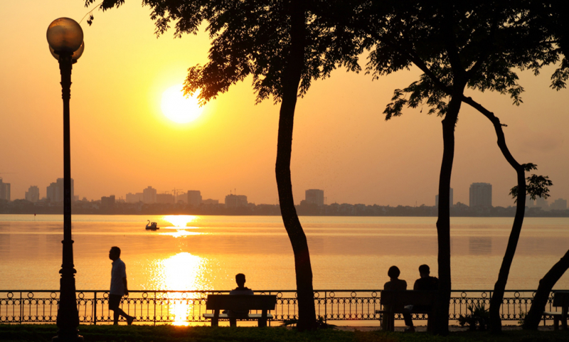 Dù nắng hay mưa, bất cứ mùa nào trong năm thì Hồ Tây cũng mang trong mình vẻ đẹp đi cùng năm tháng.