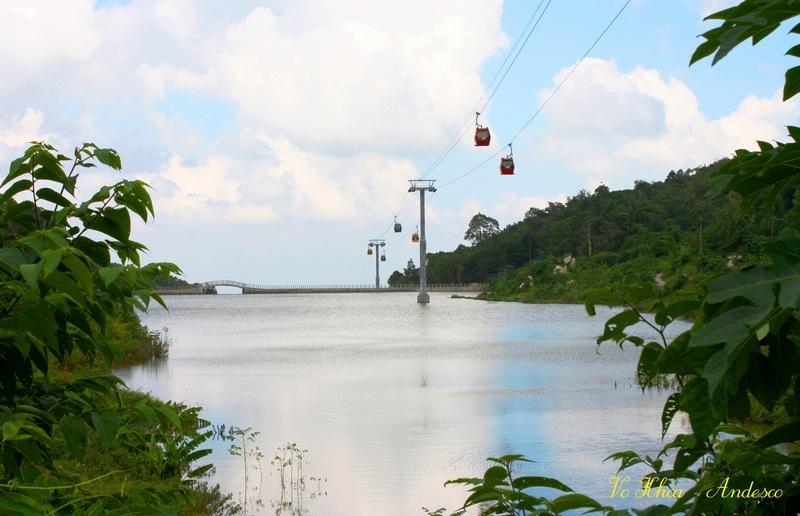 Hồ nằm dưới tuyến đường cáp treo, tạo thêm cảnh quan cho các du khách khi đến tham quan