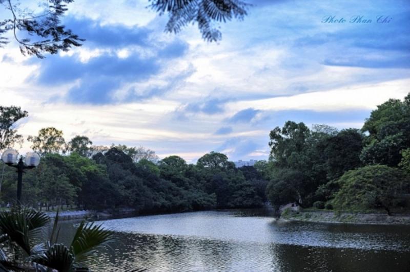 Làn nước trong xanh nằm trong lòng công viên Bách Thảo