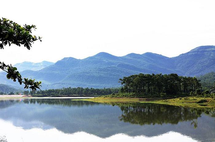 Hồ Khe Thờ in bóng núi
