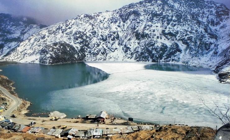 Hồ Tsomgo Lake có thể thay đổi màu sắc theo mùa