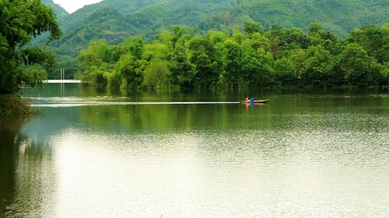 Đến với hồ Vai Miếu là đến với một khung cảnh thiên nhiên ngập tràn màu xanh thuần khiết