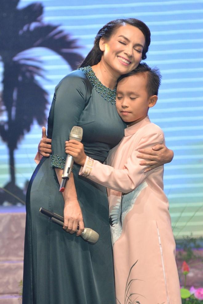 Hồ Văn Cường và mẹ nuôi Phi Nhung