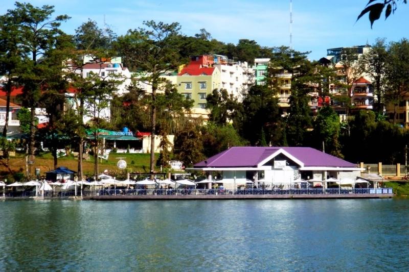 Hồ nằm giữa trung tâm và được bao bọc xung quanh bởi những vườn thông cao vút, những vườn hoa ngàn sắc thắm và bởi những bãi cỏ bạt ngàn xanh ngắt.