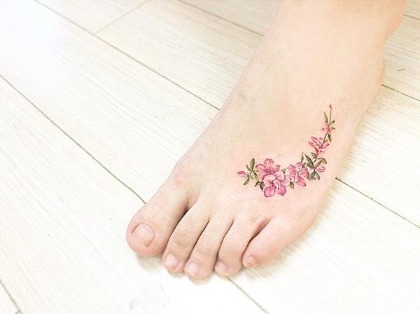 Với kỹ thuật ngày càng hiện đại, tattoo hoa bây giờ trông sinh động không khác gì một đóa hoa 3D in trên da thật sự