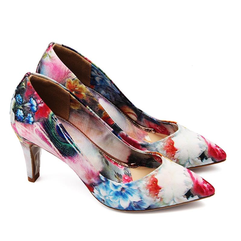 Sắc hoa giúp đôi giày vốn thô cứng trở nên mềm mại và nhã nhặn hơn.