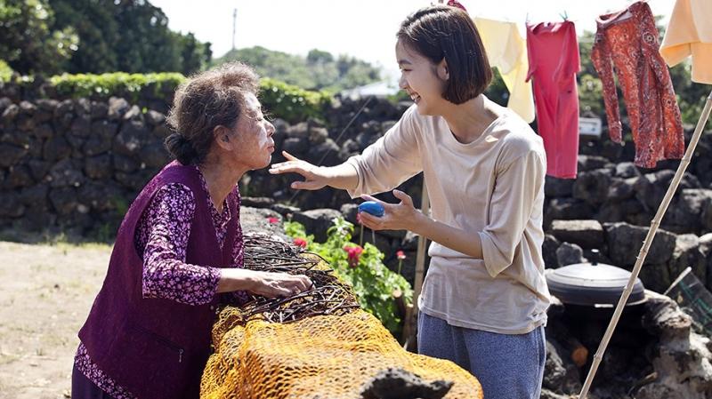 Hình ảnh bà cháu trong phim Hoa cải vàng