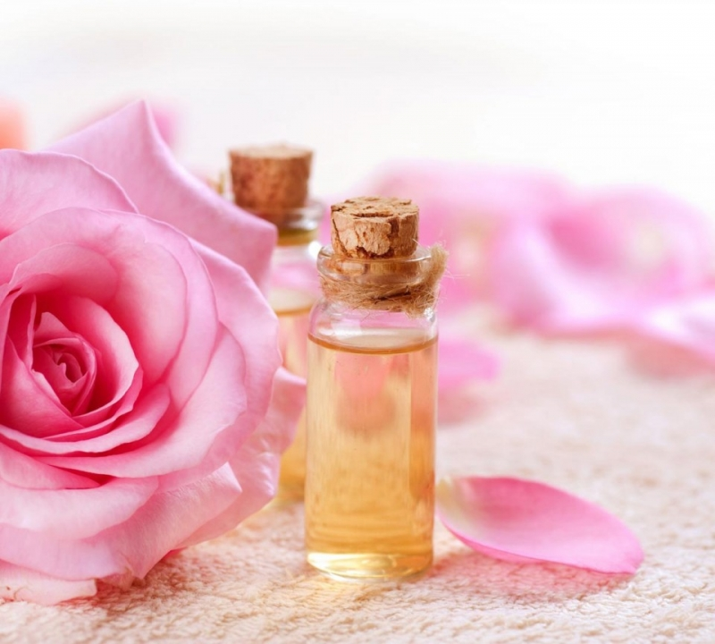 Nước hoa hồng trị thâm môi an toàn và hiệu quả.