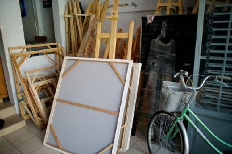 Các khung tranh, giá vẽ bày bán tại cửa hàng