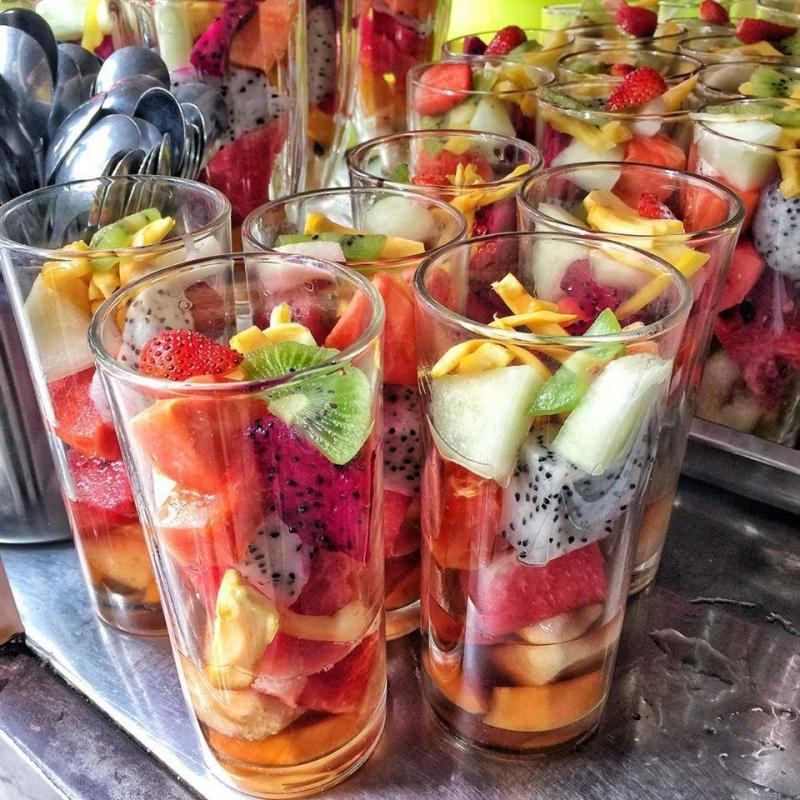 Những cốc hoa quả dầm ngon ngọt, thanh mát chính là món ăn không thể thiếu trong hè này