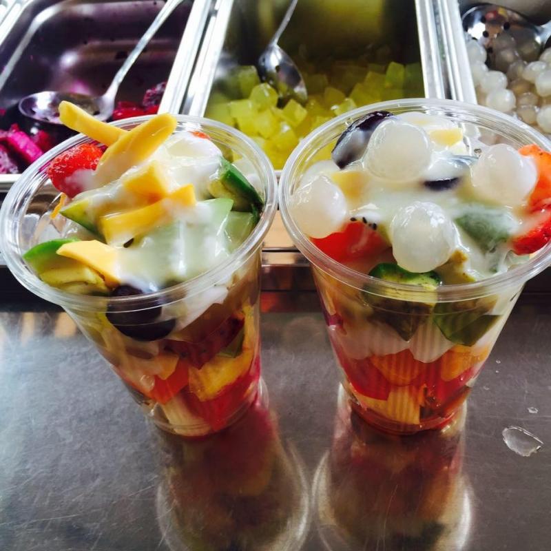 Cận cảnh hai cốc hoa quả tự chọn