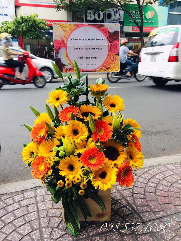 Lẵng hoa tươi này có giá khoảng 630.000 đồng