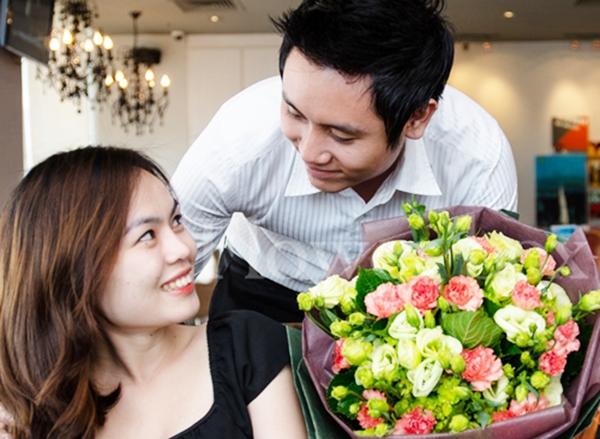 Một bó hoa và lời chúc ngọt ngào thì ông chồng đã trở thành