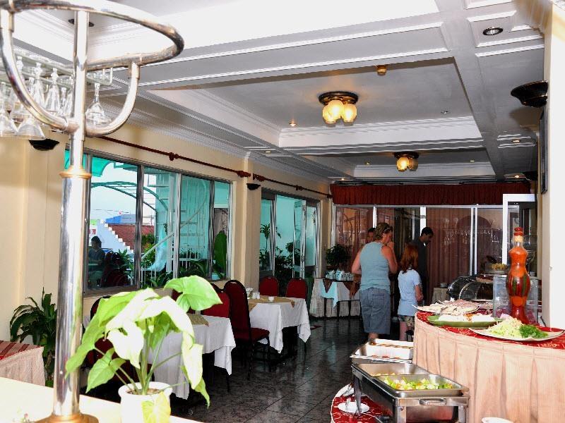 Bạn có thể lựa chọn một không gian riêng tại nhà hàng Hoàng Cung