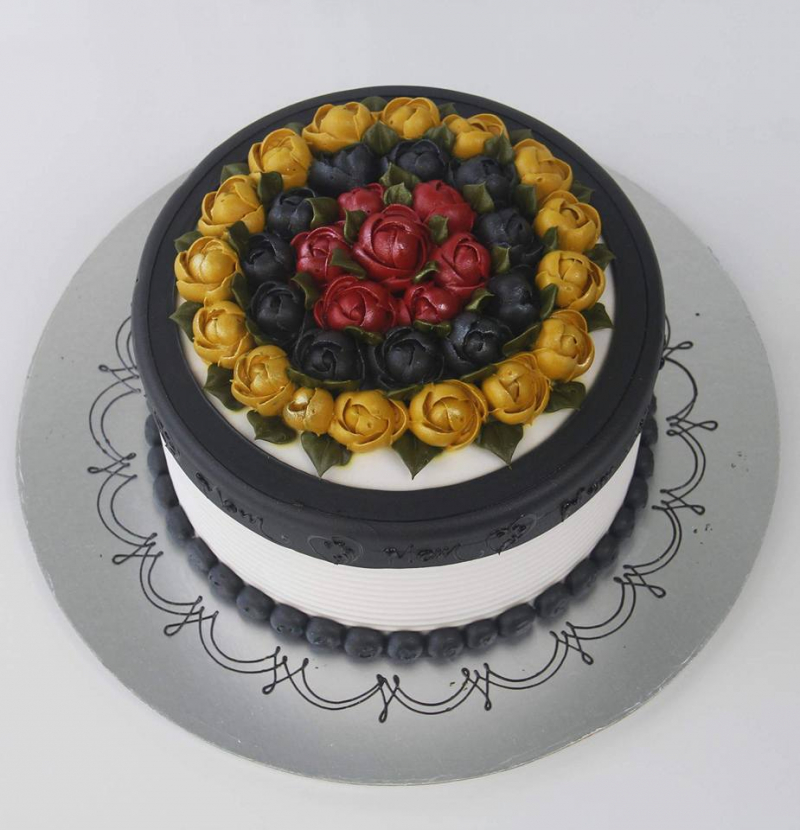 Ngoài bánh bông lan trứng muối thì Hoàng Gia Bakery còn có nhiều mẫu bánh sinh nhật đẹp mắt, hấp dẫn