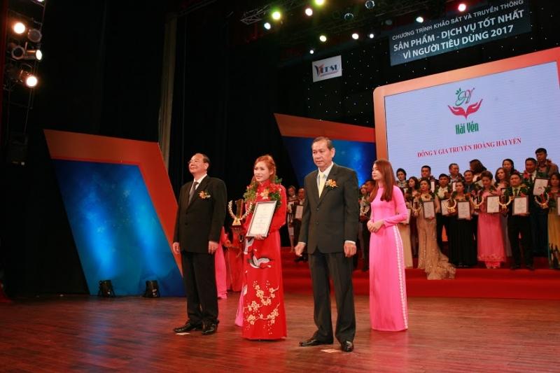 Đại diện Nhà thuốc Hoàng Hải Yến nhận Chứng nhận và Cúp vàng của chương trình