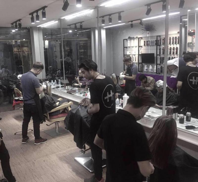 Hoàng Toni Hair Salon cam kết mang đến cho mỗi khách hàng mái tóc đẹp hợp thời trang với dịch vụ làm tóc đa dạng như: Nối tóc, uốn, nhuộm, duỗi,...