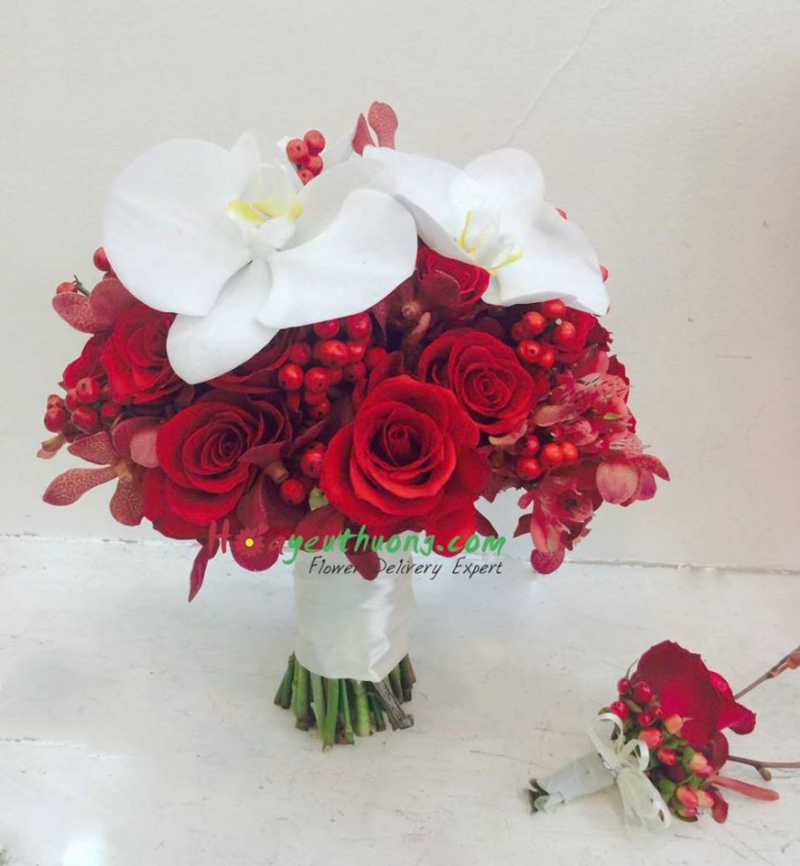 Bó hoa thiết kế với tone màu đỏ rực sắc với điểm nhấn trắng tinh khôi dành cho cô dâu thích hồng đỏ cũng như tone màu đỏ - màu của sự mãnh liệt như ngọn lửa yêu thương bùng chày mãi mãi