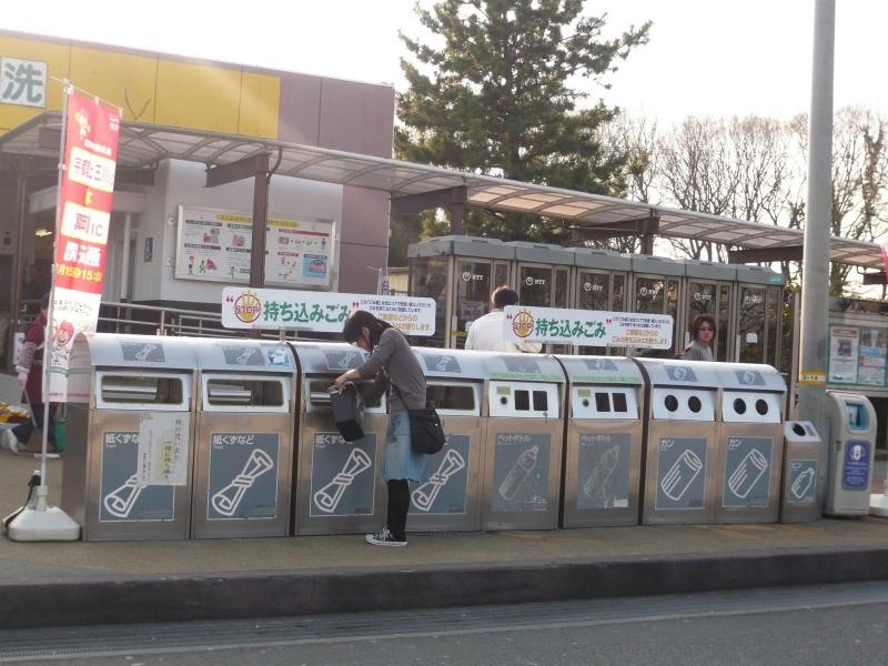 Có chú thích ở phía ngoài thùng rác để phân biệt