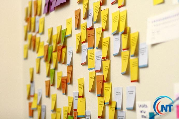 Dùng giấy nhớ để tăng khả năng ghi nhớ từ vựng.