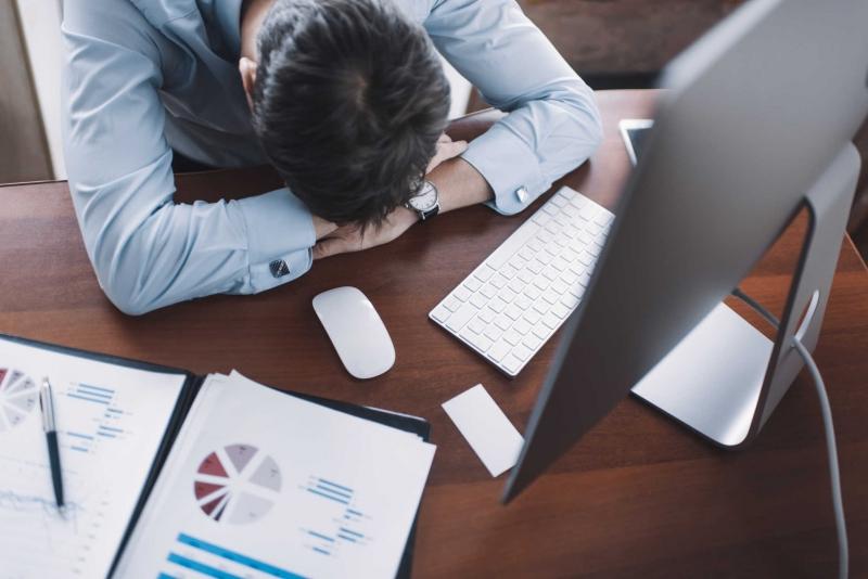 Stress vì bị tủ đè - Ảnh: Internet