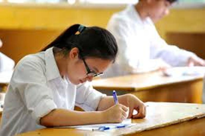 Học sinh học bài khác trong giờ của bạn