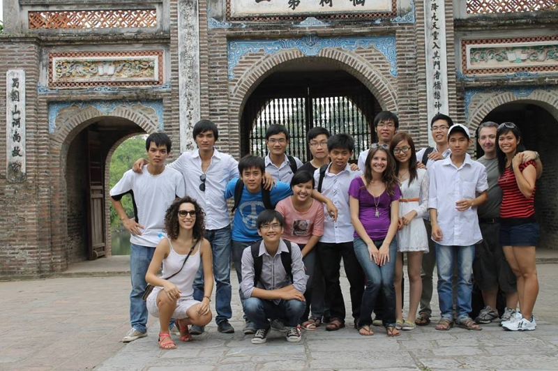 Cô Hương (ngoài cùng, bên phải) cùng các học viên trong chuyến đi thực tế