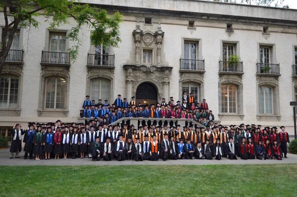 Ảnh tốt nghiệp trước một tòa nhà trong Viện Công nghệ California